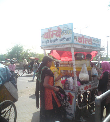A sandwich pushcart at the Bapu Bazaar entrance near the Saraogi mansion