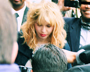 Courtney Love, the paparazzis, the bodyguards at the Chanel Fashion Show