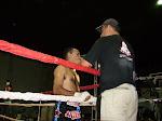 Profesor Rene OLmedo acompañando a luchador en evento de Kick Boxing