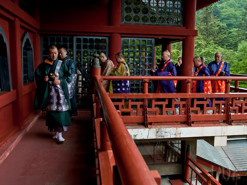 http://1.bp.blogspot.com/_eEUSTnnfHCc/TBx3SzoHTWI/AAAAAAAAAU4/BXijXoDiejo/s1600/monks_after_rituals_x800.jpg