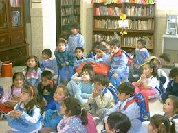 Lectores curiosos en la biblioteca