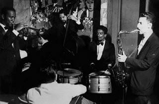 Bottle's Bar . Copacabana, Rio de Janeiro . 1964 . Da esquerda para a direita: Pedro Paulo (trompete), Toninho Oliveira (piano), Manuel Gusmão (baixo), Dom Um Romão (bateria) e J.T. Meirelles (sax alto) : From left to right: Pedro Paulo (trumpet), Toninho Oliveira (piano), Manuel Gusmão (bass), Dom Um Romão (drums) and J.T. Meirelles (alto sax)