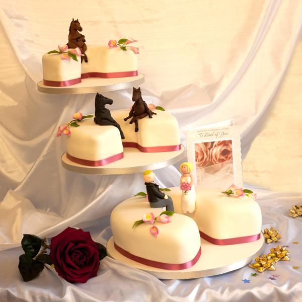 Art s Eye Photographic: Horse Shoe Wedding Cake at