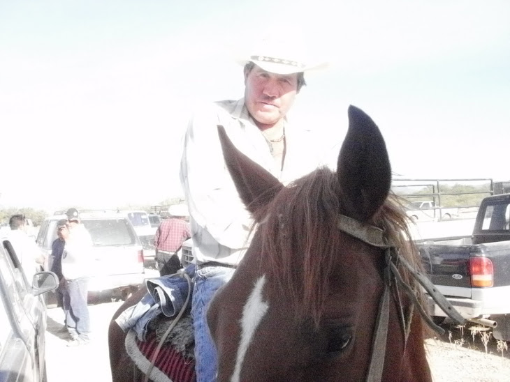 el guero efrain zapata en su caballo...