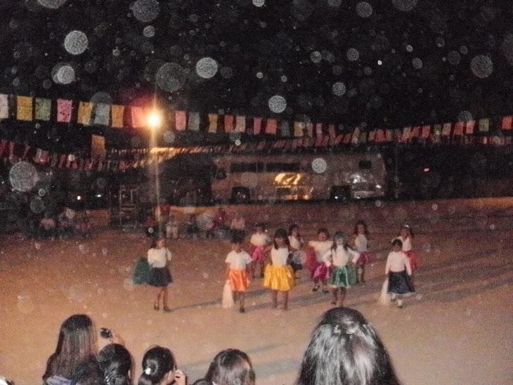 niñas de la escuela participando en una ronda .