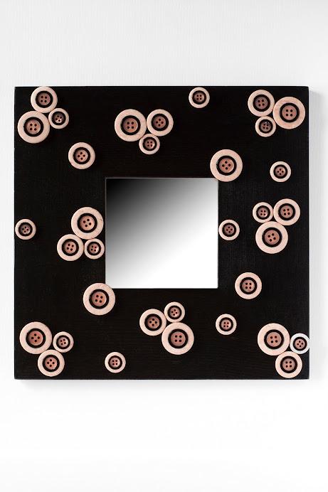 Specchio nero con bottoni rosa
