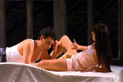Rolando lee la carta entre las piernas de Anna