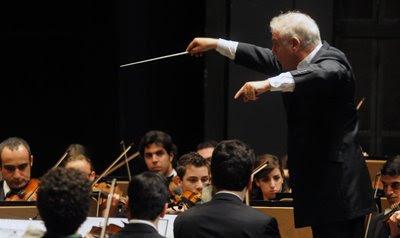 Daniel Barenboim con la Orquesta West Eastern Divan en el Teatro de la Maestranza de Sevilla el 2 de agosto de 2009 (© Juan Carlos Vázquez / Diario de Sevilla)