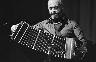 El compositor y bandoneonista argentino Astor Piazzolla