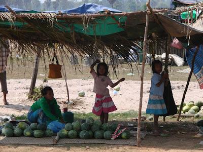 criancas numa das várias vendas de frutas e legumes nas estradas do Cambodia. Agricultura ainda é a maior força economica por aqui