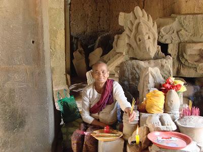 uma budista no Cambodia. Ela estava super simpática e inclusive nos deu um presente e deixou tirar essa foto.