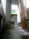 no segundo andar do Suntec em Cingapura um rio artificial de agua corrente. Agua é elemento importantissimo no Feng Shuei