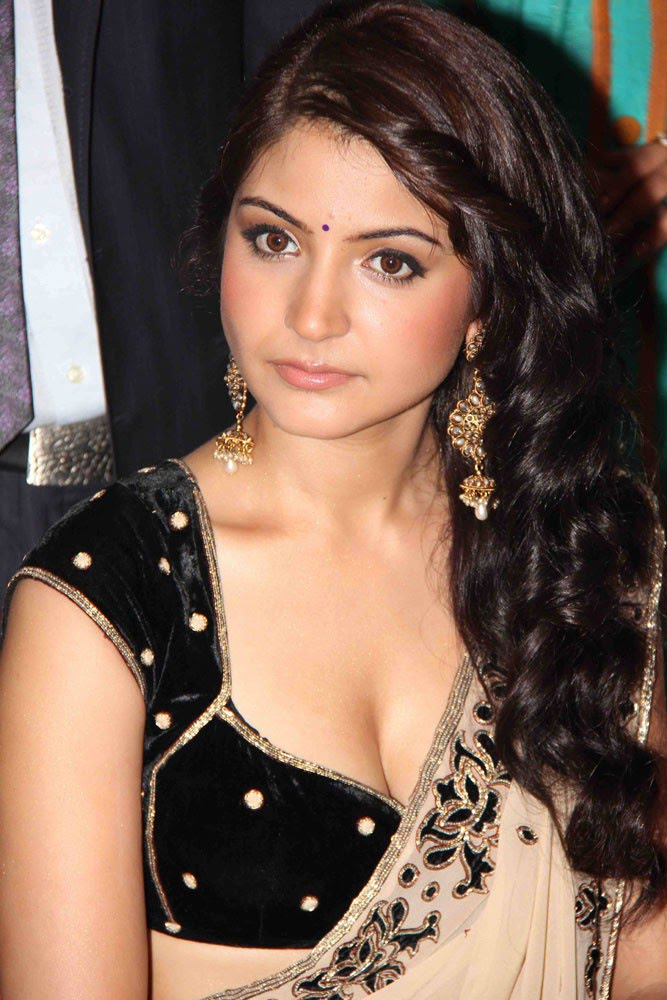 Anushka Sharma in half saree sexy wallpapers.