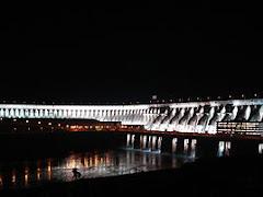Itaipú, iluminada de noche