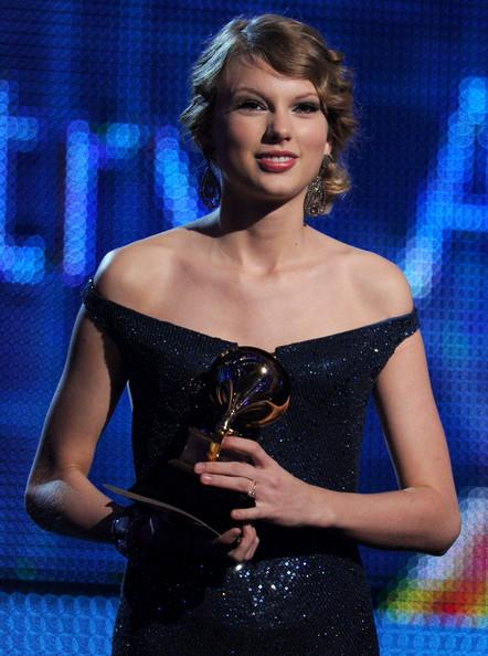 taylor swift formal hairstyles. Taylor Swift Long Curly