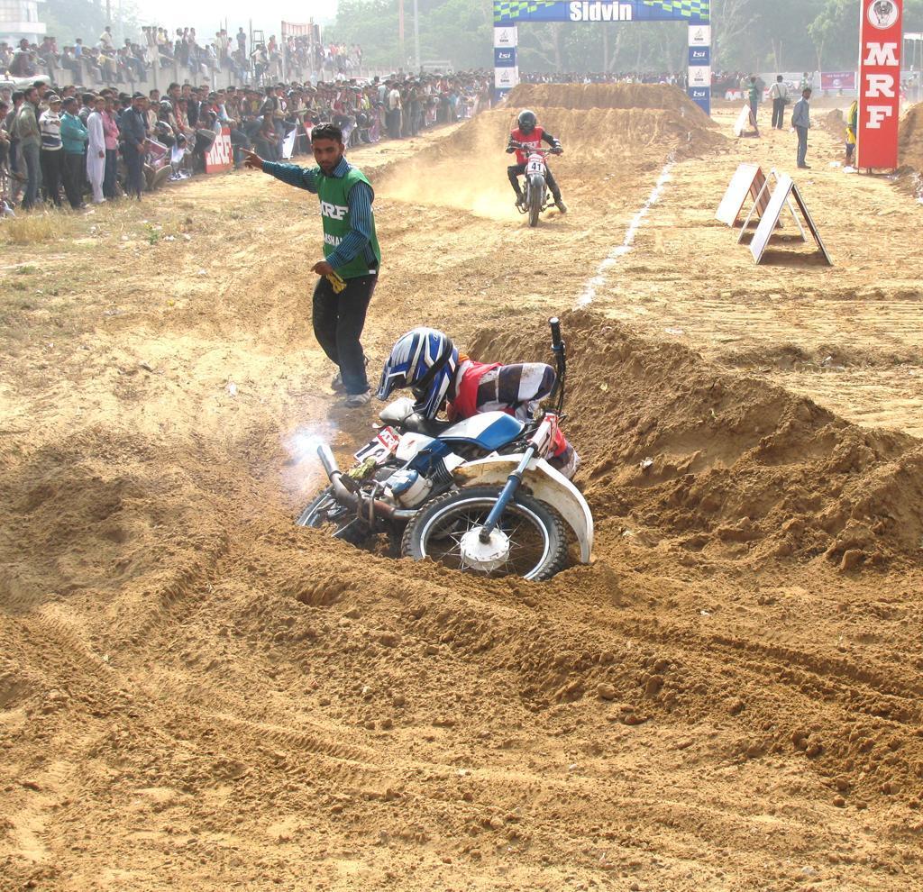 http://1.bp.blogspot.com/_f0wZzvvr1_A/SwTDZYiJtNI/AAAAAAAACSc/koFbVDy6N1I/s1600/yamaha_bike_stunts.jpg