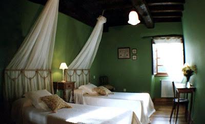 Decoraci n con que colores combina pared verde en dormitorios for Decoracion hogar lugo