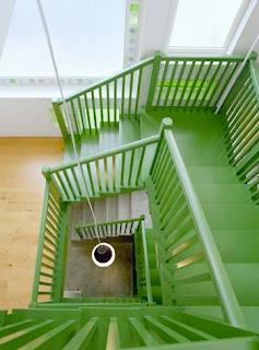 spirala scarii interioare din lemn vopsit