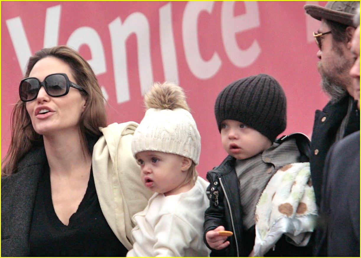 http://1.bp.blogspot.com/_fDeNVFWkq74/TSaX3-ecedI/AAAAAAAASAs/pl5rpdanwbs/s1600/brad-pitt-angelina-jolie-twins-04.jpeg