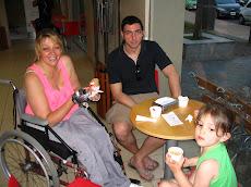 En la ciudad de Paraná, Entre Ríos, con mi hijo Lucas y mi nietita Naiara