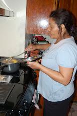 Mi Madre Cocinando la Sopa