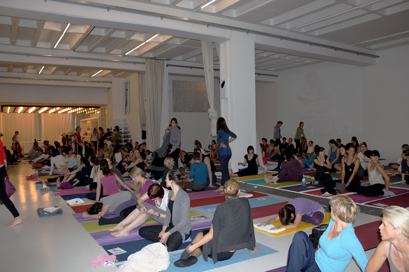 Yoga Workshop mit David Life und Sharon Gannon in der Backfabrik