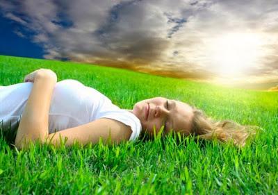 http://1.bp.blogspot.com/_fLk9lSlFjYs/TBskA3nsQoI/AAAAAAAAAWQ/F6cGr4dmaFg/s1600/dreamstime_5220601girl_grass3.jpg