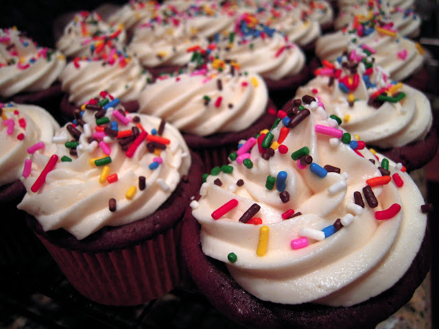 BEST Chocolate Cupcakes & Buttercream Frosting EVER