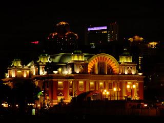 なにわ橋から最大望遠での中央公会堂と後ろのビル群の夜景