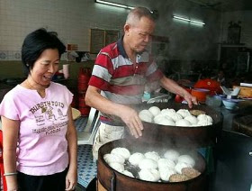 Hot pau: Wong Chee Hong, 66, serving a customer at his Keng Chong Restaurant
