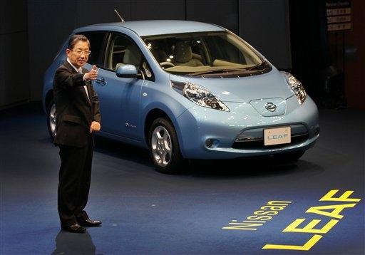 nissan rolls out leaf electric car in japan with 200 km. Black Bedroom Furniture Sets. Home Design Ideas