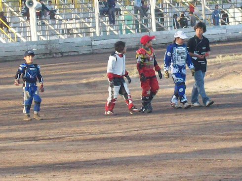 Con compañeros del 50c.c en la 2 fecha del campeonato organizado por el Automoto club Bahia Blanca.
