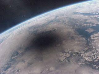 Imagen de la sombra de la Luna atravesando la Tierra durante un eclipse en 1999