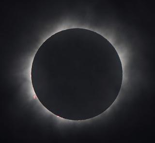 Fotografía tomada desde Mangaia durante la ocultación total del Sol