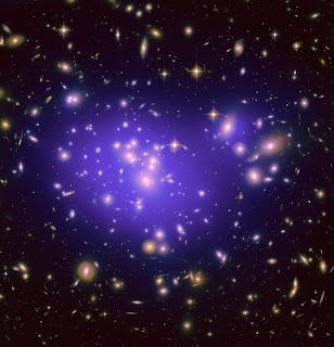 Imagen del cúmulo Abell 1689, en la que se aprecia como se 'doblan' las galaxias distantes debido a la materia oscura