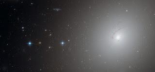 Fotografía de NGC 4696 obtenida por el telescopio Hubble