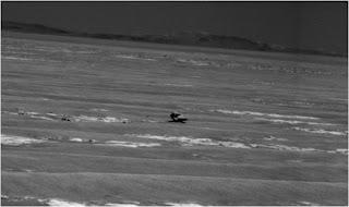 Vista de una roca oscura que puede ser un meteorito de hierro encontrado por Opportunity