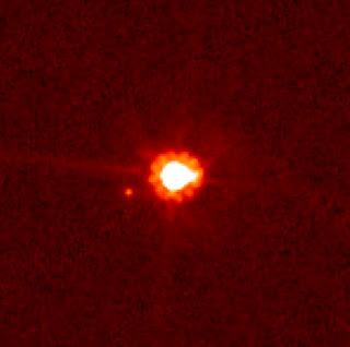 El planeta enano Eris y su luna Dysnomia, fotografiados por el Telescopio Espacial Hubble en 2006