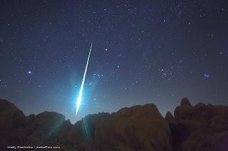 Fotografía de una bola de fuego de las Gemínidas de 2009 sobre el Desierto de Mojave