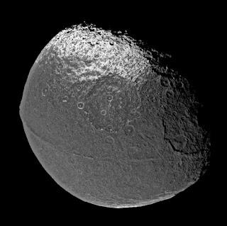 Fotografía de Japeto obtenida por la sonda Cassini en 2004