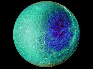 Imagen obtenida por Cassini que muestra diferencias de color de los hemisferios en la luna Rea