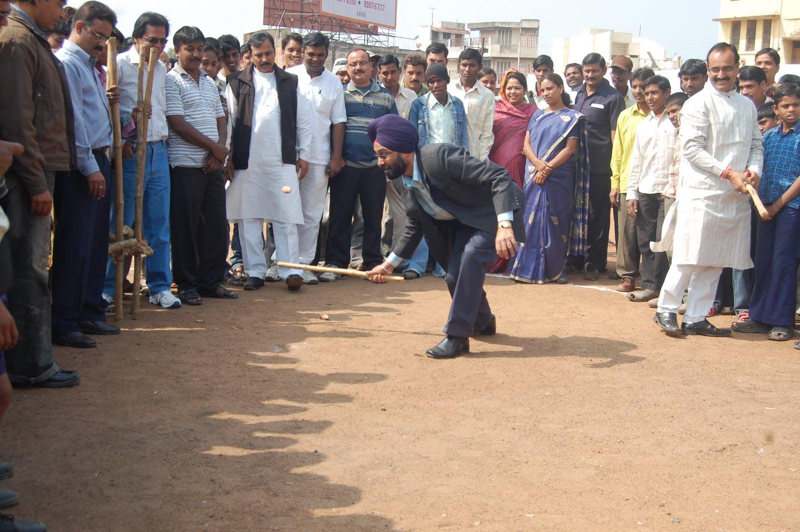 छत्तीसगढ़ के खेल संचालक जीपी सिंह गुल्ली-डंडा खेलते हुए।