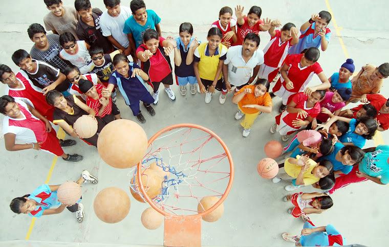 राजधानी के बालाजी स्कूल में बास्केटबाल के रोमांच का एक दृश्य।   सभी फोटो-दिनेश यदु