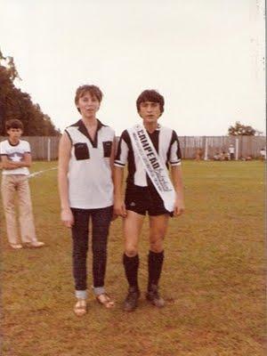 Madrinha Eliane colocando faixa no atleta Perinazzo maio1981