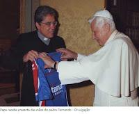 Papa Bento XVI recebe camisa do Fortaleza das mãos do Pe. Fernando