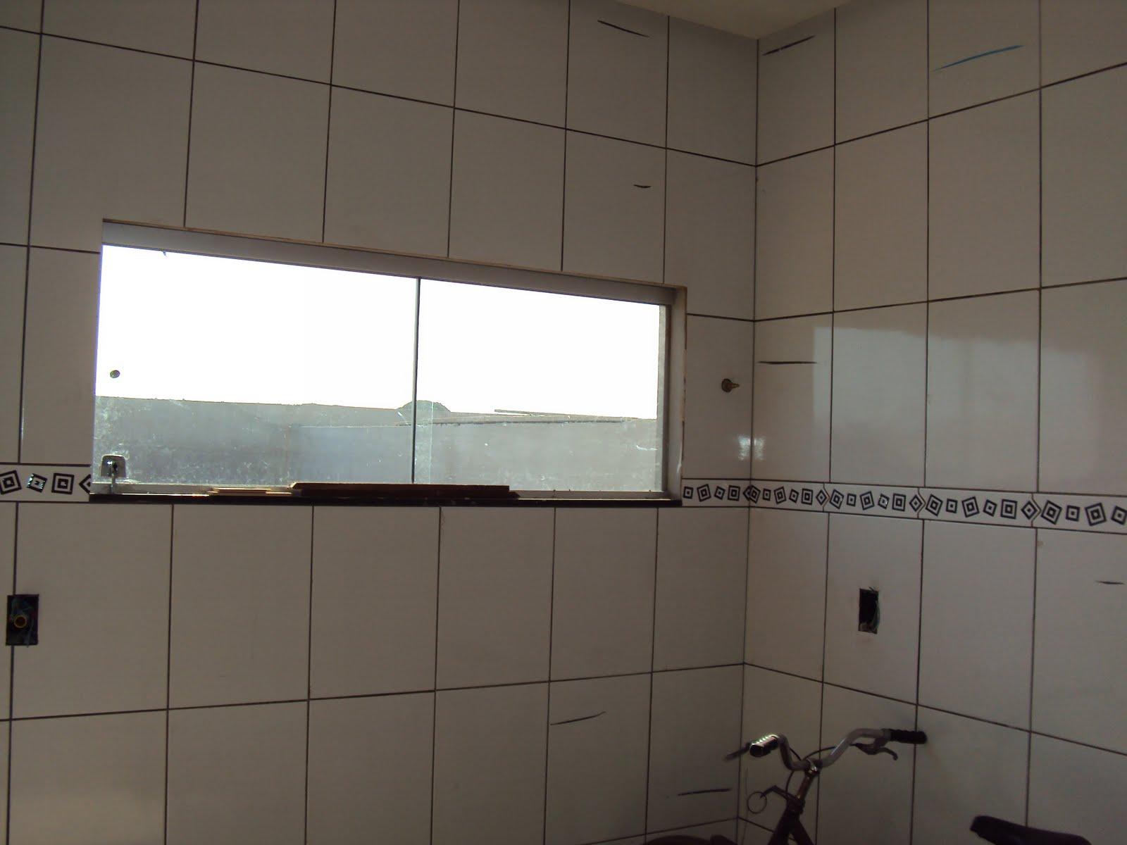 Essas fotos foram tiradas pelo meu noivo. Vou ver se consigo fotos  #453C34 1600x1200 Banheiro Com Piso Branco E Rejunte Preto