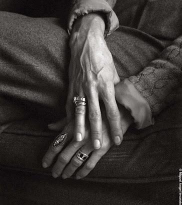 ... la desnudez de sus manos