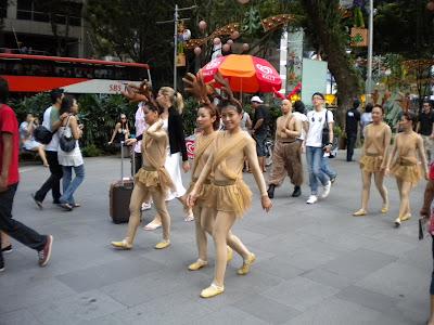 Kala ko nude parade from afar (hehehe). Street Performers @ Orchard Rd.