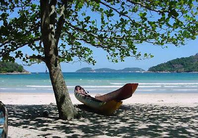 brasil rj angra dos reis ilha grande praia dois rios  arvore barco paraiso paradisiaco