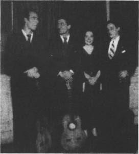 Edmundo Rivero  (primero  a   la  izquierda)  cuando era guitarrista de Celia Louzán. Abril de 1936.